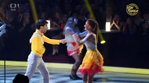 Radek Banga energicky tančí.